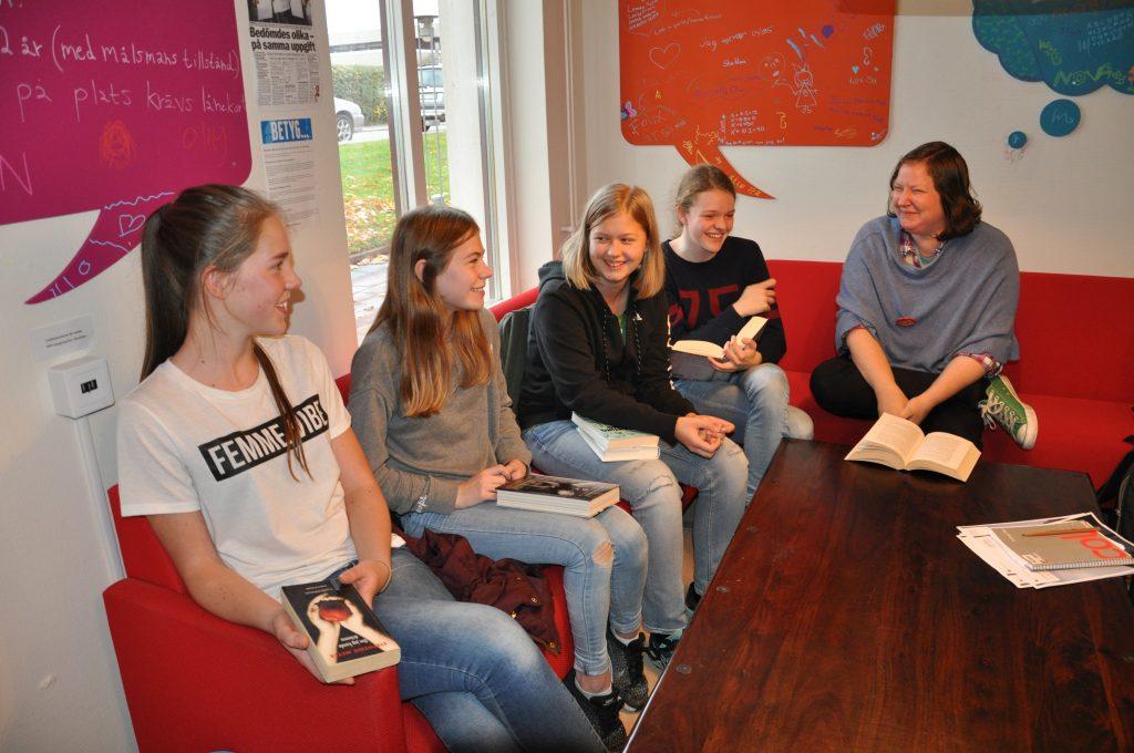 Åttondeklassarna Ellen Frick, Alice Fredin, Eleonora Gericke och Tyra Jenemark har varit med i bokcirkeln som barn- och ungdomsbibliotekarien Fredrika Johansson startade för ett år sedan på Hjo bibliotek.