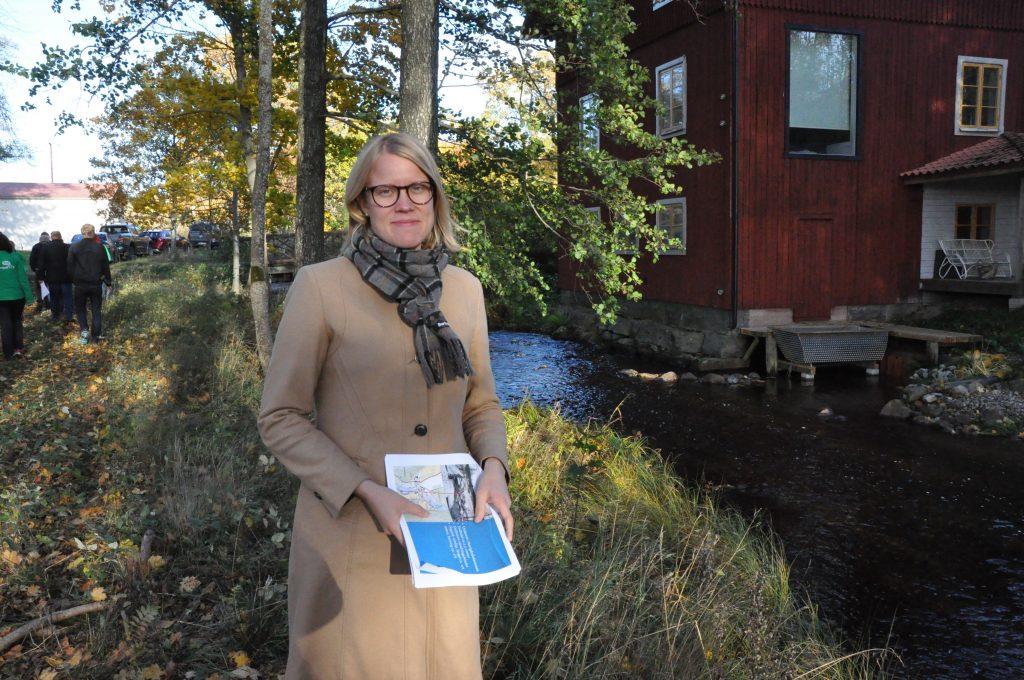 Vice ordföranden i riksdagens miljö- och jordbruksutskott Kristina Yngwe, Ystad, besökte i veckan Sätra bruk, Karlsborg, för att se hur man där skapat nya fiskvägar i Edsån, förbi vattenkraftverket.