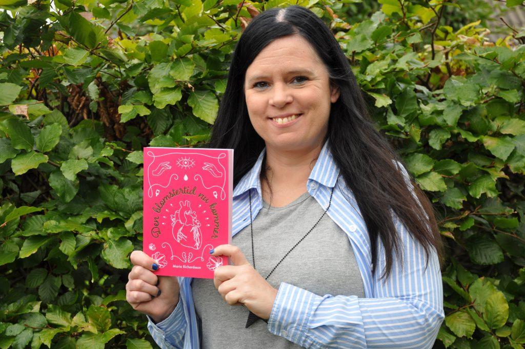 Maria Richardsson från Igelstorp utanför Skövde släppte sin debutroman, Den blomstertid nu kommer, den 22 september. Nu skriver hon på uppföljaren.