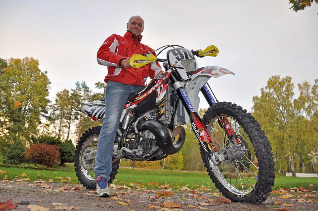 """Lars """"Lôda"""" Ottosson har sysslat med idrott i många år. Och gör fortfarande. Efter en lång karriär som ishockeymålvakt är det numera enduro som han tycker är roligast. Han har bland annat kört 20 Gotland Grand National."""