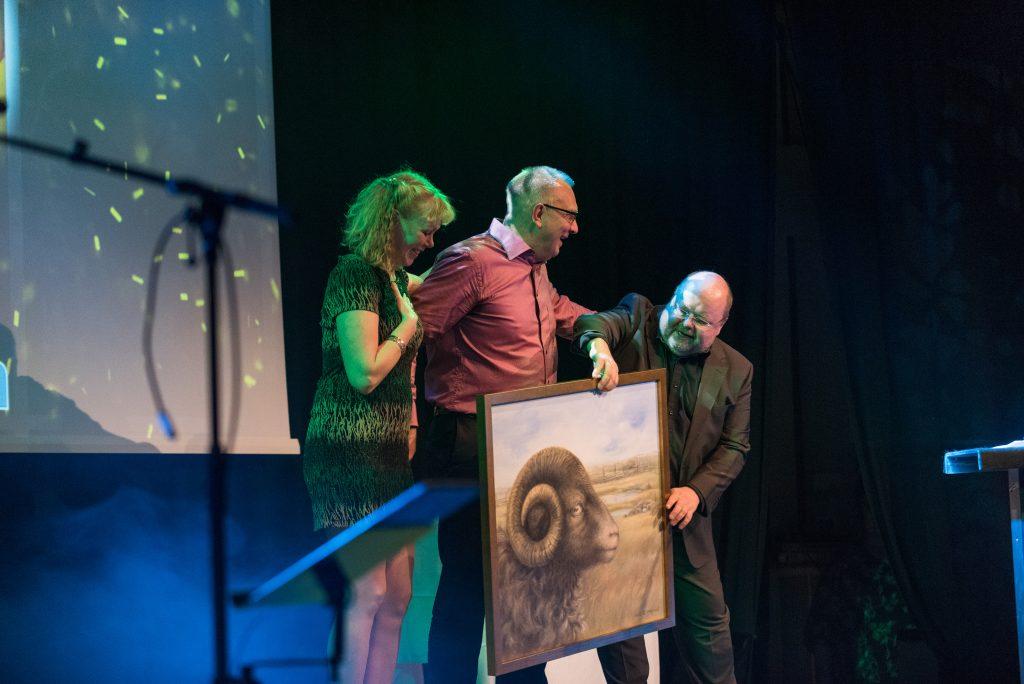 Cecilia och Urban Lundberg, CUL i Tun, tar emot priset av Kalle Moraeus. Foto: David Wreland