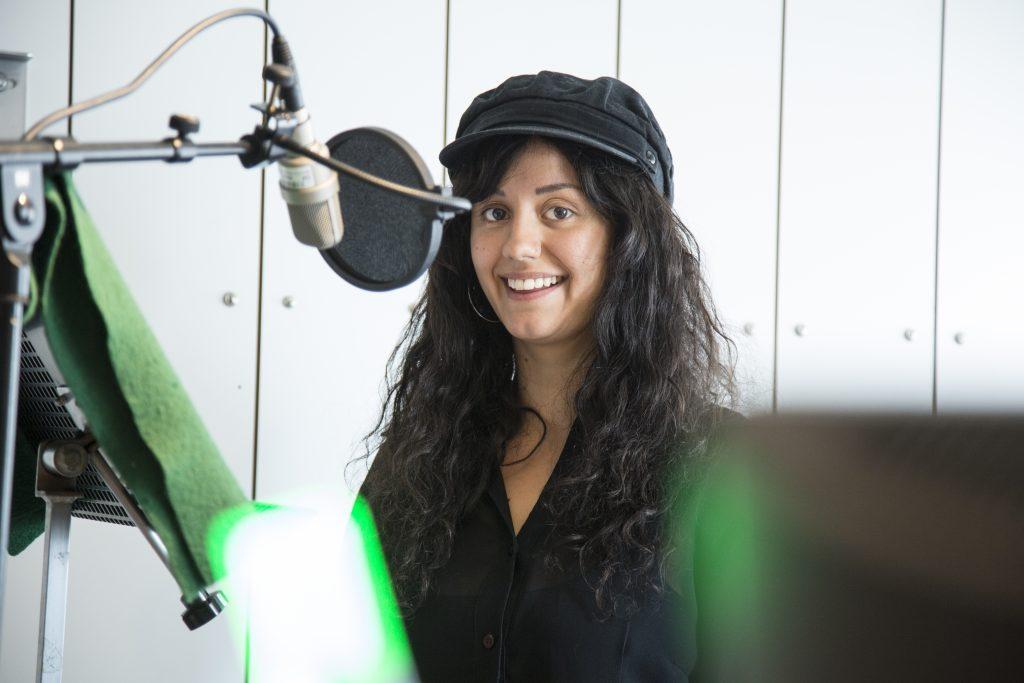 Frida Bagri spelar hustomten Jenny i Julkalenderspelet Marvinter och i Barnradions Julkalender. Foto: Micke Grönberg/Sveriges Radio