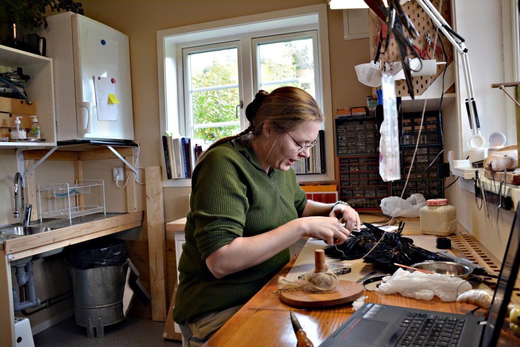 I sin nya verkstad arbetar Josephine Almfelt som zoologiska konservator. – Jag gör olika saker hela tiden. För mig är det här världens roligaste yrke.