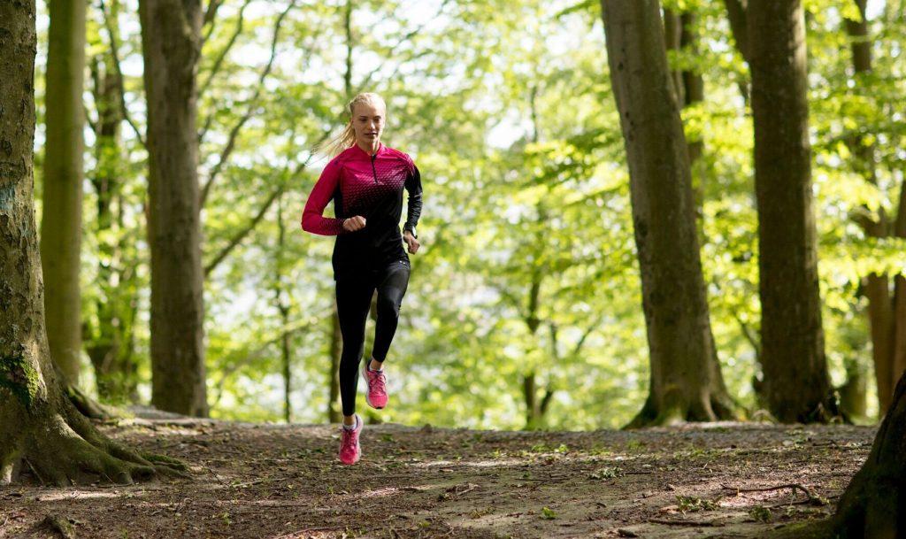 Sara Christiansson har hunnit med mycket i år. Hon har varit med i Finnkampen, tagit brons på senior-SM och blev nordisk mästare i terränglöpning. På söndag tävlar hon i terräng-EM i Slovakien. Foto: Richard Andersson