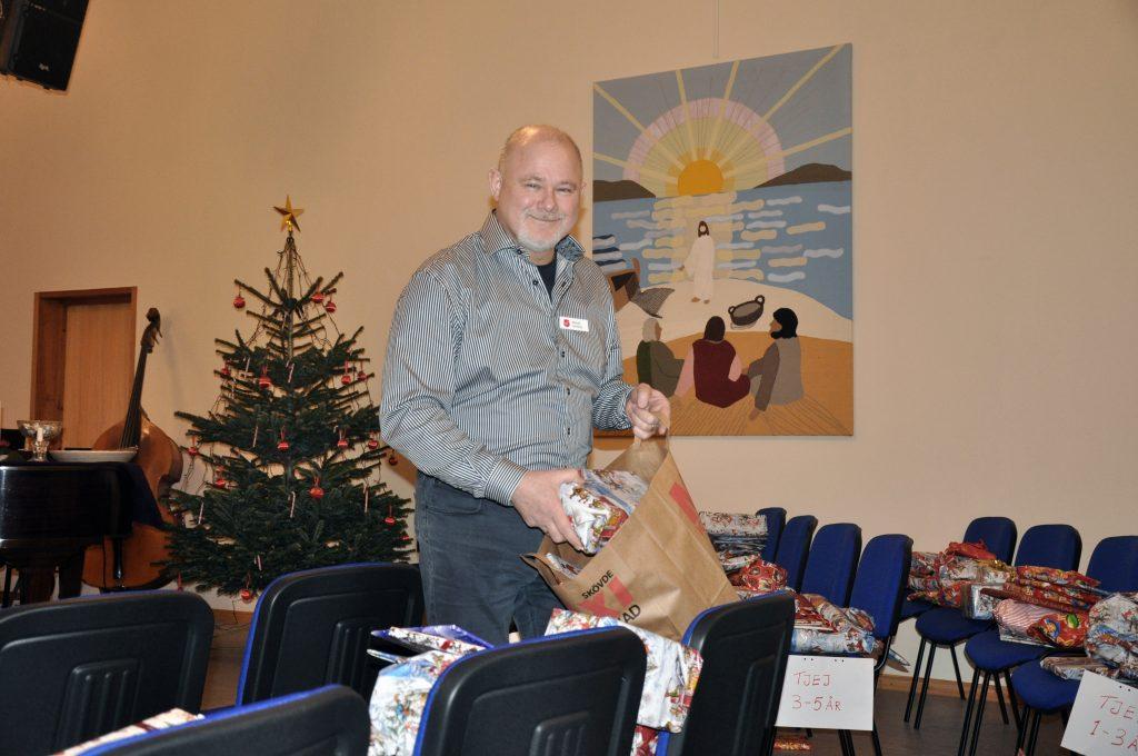 """Michael Lehnberg är ansvarig för det sociala arbetet vid Frälsningsarmén i Skövde. Genom gåvor har """"julhjälpen"""" kunnat ge stöd till 500 personer. Då handlar det bland annat om julklappar till barn."""