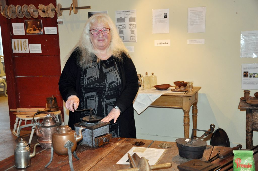 På Tibro museum visar Eva Thörn hur man fick jobba för sitt kaffe förr. Först skulle de gröna kaffebönorna rostar och sedan malas. Först därefter kunde man koka och njuta av en kopp – om det inte var kaffeförbud förstås!