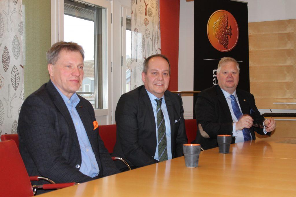 I sommar tillträder Patrik Meijer posten som vd för Sparbanken Skaraborg. Här flankerad av ,till vänster, avgående vd Leif Johansson och , till höger, bankens ordförande Gerth Malmevik.