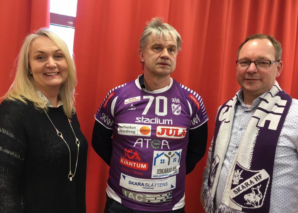Magnus Frisk - ny tränare i Skara HF - omgiven av föreningens sportchef Gunilla Flink och ordförande Stefan Jern. Foto: Annika Andersson