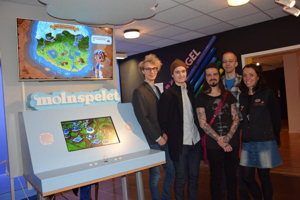 Paul Löwen-Åberg, Viktor Enghed, Thiago Alves, Jimmy Laskowski och Karin Cederberg är glada över att spelet äntligen är färdigt och tycker att det är fantastiskt att se det spelas av sportlovsbesökarna på Dalénium Science Center i Stenstorp.
