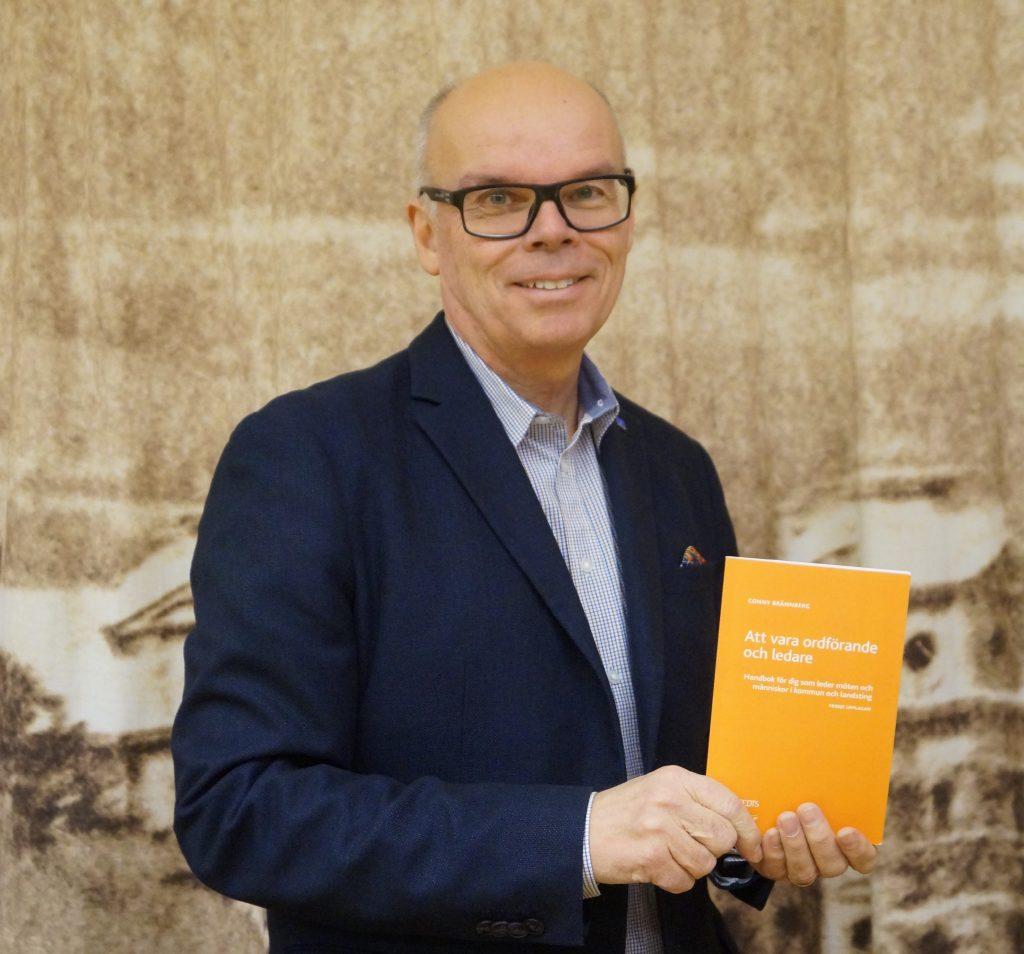 """Conny Brännbergs """"Att tala vara ordförande och ledare"""" är praktisk handbok för, i första hand, ordförande i kommun och landsting. Men den används också av personer som är engagerade nom olika slags föreningar."""
