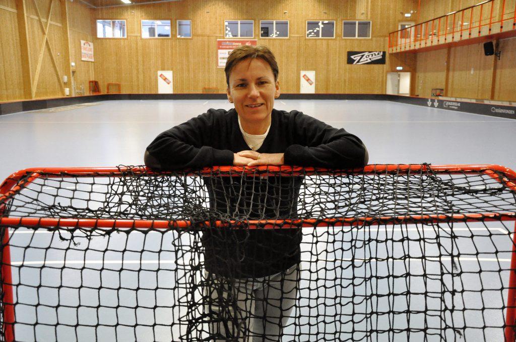 Åsa Karlsson från Mariestad är en av Sveriges mest meriterade innebandyspelare och ledare. Hon har SM- och VM-guld på sin meritlista och hon har även blivit invald i svensk innebandys Hall of Fame.