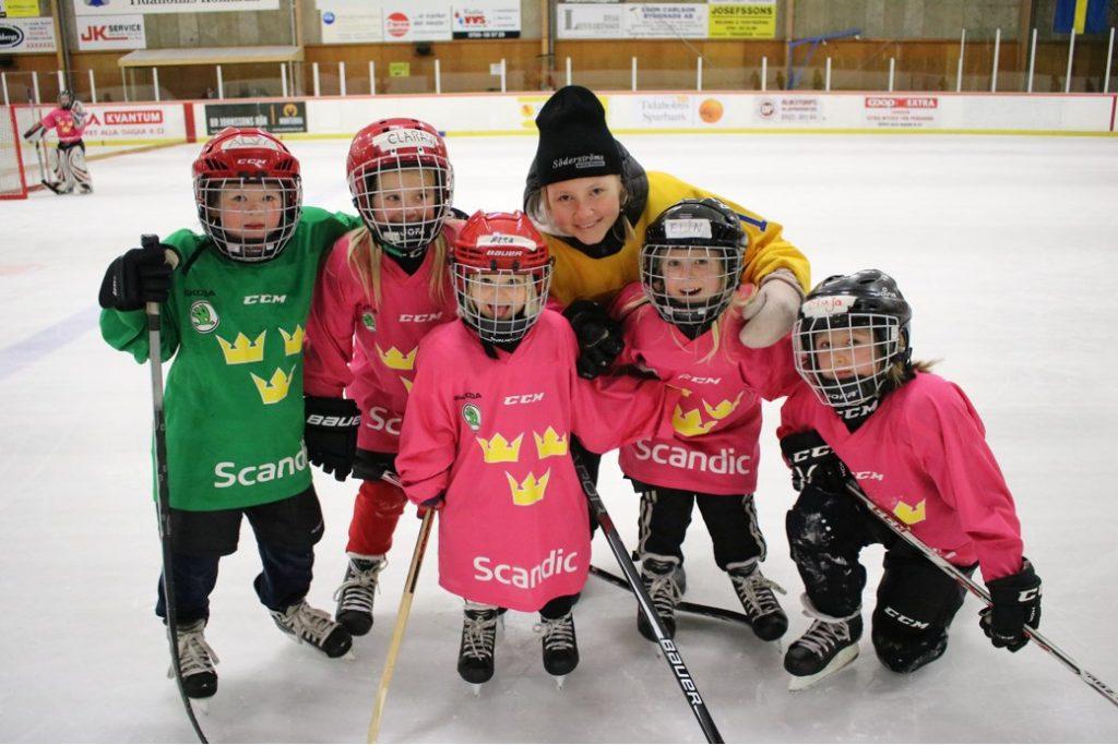 Landslagsspelaren Lina Ljungblom från Skövde har gästat en av tjejhockeydagarna som Västergötlands Ishockeyförbund har arrangerat.