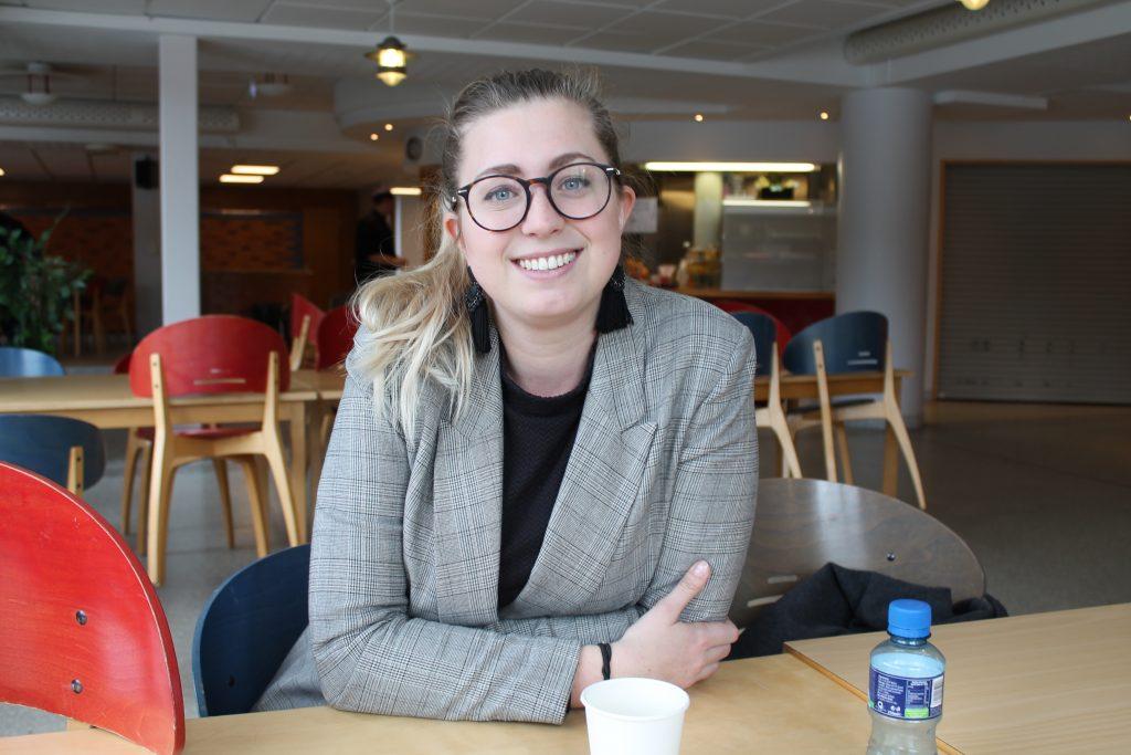 Louise Grabo, 25, kandiderar till riksdagen och definierar sig som liberal.  -I ungdomsförbundet, där många är nyliberaler, betraktas jag nog som socialliberal, men när jag kommer hem till Centerpartiet i Vara då ser man nog mig mer som libertarian, skrattar hon.