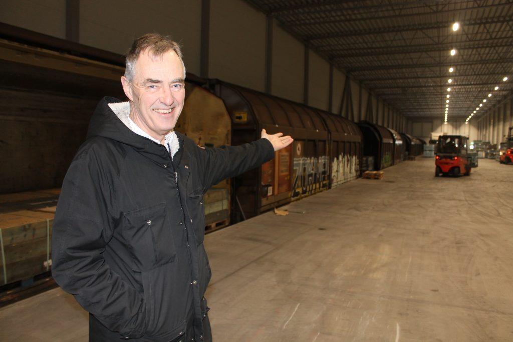 Anders Johansson välkomnar mer företag till GreenLog vid västra stambanan. Här kan godståg köra in under tak i en omlastningscentral, med stora lagerutrymmen.
