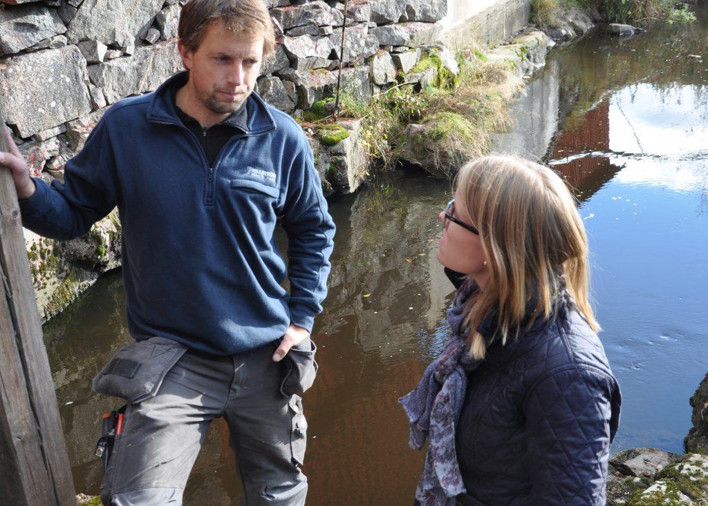 Johan Hillström driver Bredöl Kvarn & såg vid ån Nossan. Som ordförande i Västsvensk vattenkraftförening har han de senaste åren haft intensiva kontakter med företrädare för riksdagens olika partiet. Här med miljö- och jordbruksutskottets vice ordförande Kristina Yngwe (C).