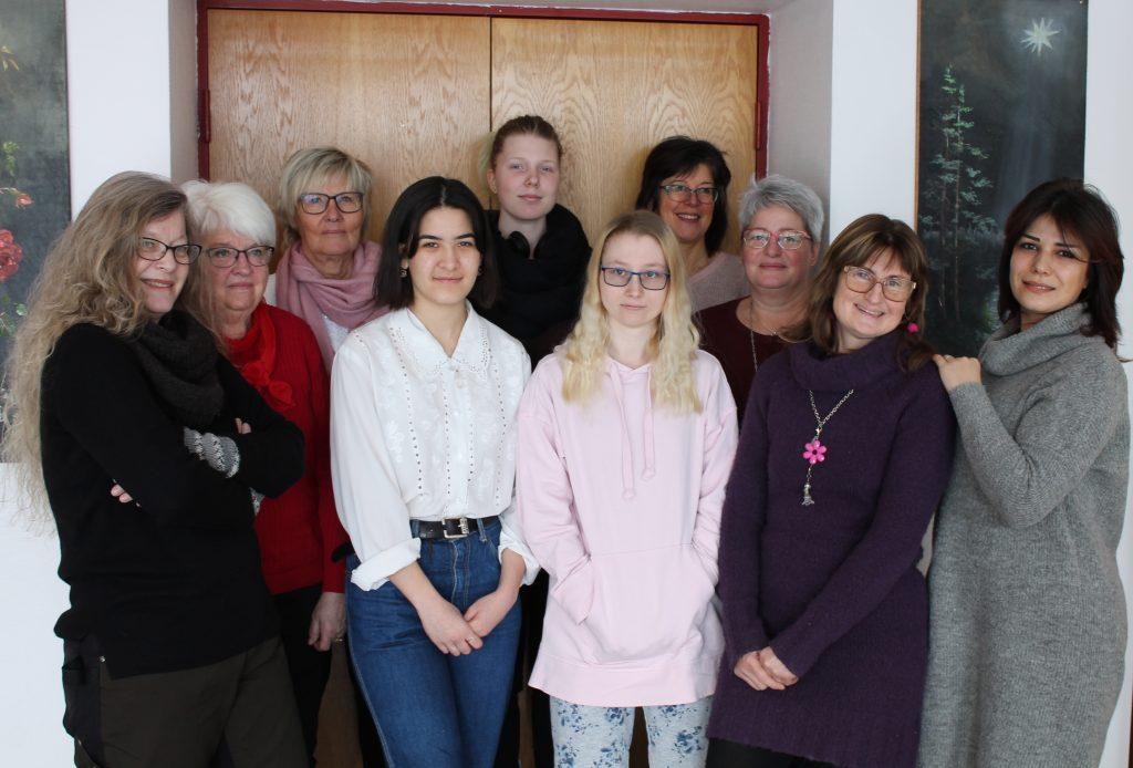 Kvinnorna som står för internationella kvinnodagen i Tidaholm. Från vänster Katarian Botwid, Evy Lövgren, Helena Nylén, Ebba Hägne, Ida Olsson, Erica Jönsson, Åsa Bergman, Evelin Esseen, Anki Hedström Karlsson samt Navideh Keshvarian.