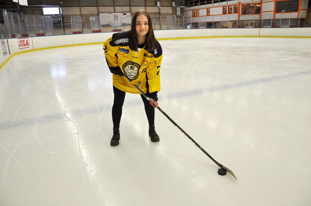 Amanda Ahlm kommer att spela Stålbucklan för fjärde gången i karriären. Turneringen avgörs i under påskhelgen i Örnsköldsvik. Amanda Ahlm trivs bra i just Örnsköldsvik – i höst börjar hon på Modos ishockeygymnasium.