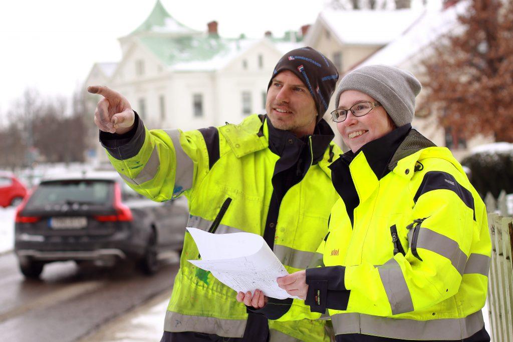 Mätningsingenjörerna Daniel Jonsson och Malin Antonsson jämför kartmaterialet över bebyggelsen med hur det ser ut idag. Foto: Skara kommun /Simon Olsson