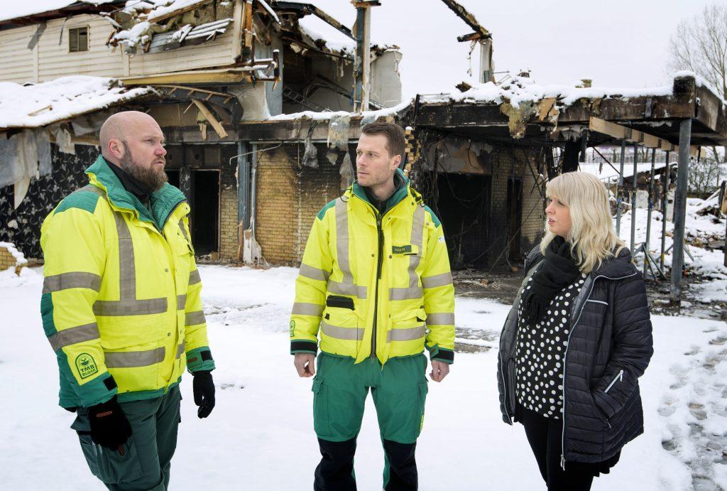 Sjukvårdsledare Andreas Axelsson och medicinskt ansvarig Martin Sandelin pratar med enhetschef Sandra Eggen på brandplatsen i Tibro. Foto: Bild och Media/Skaraborgs Sjukhus