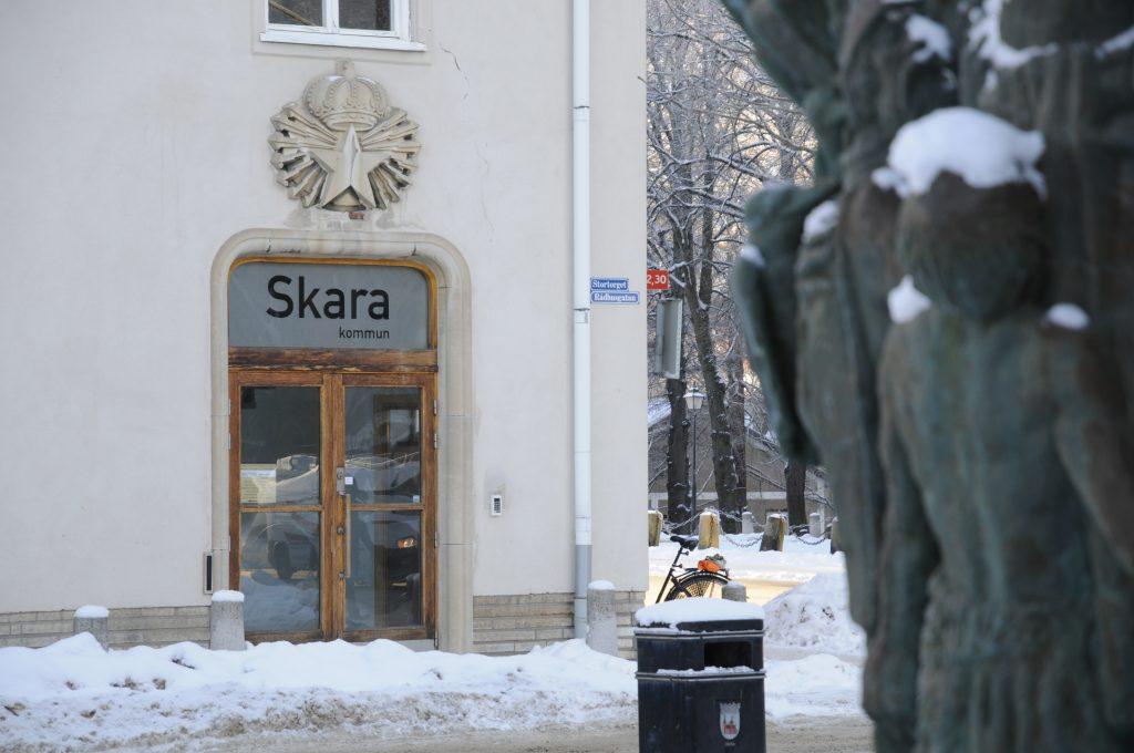 kommunhuset-staty-i-forgrund