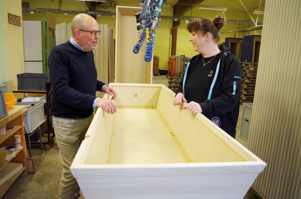 Kjell Dahlstrand och Katja Källqvist konstaterar att det varje år tillverkas många kistor för den svenska marknaden och kistdetaljer till den norska på fabriken i Åsarp.