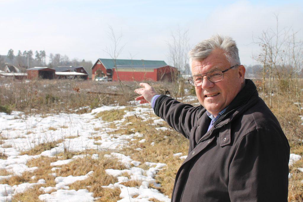 Kjell Nordström pekar ut gården Ängen utanför Skara, där hans farmor och farfar en gång skyddade flyktingar från nazismens grymma härjningar i Norge. Idag ägs gården av en av de ledande nationalsocialisterna i Sverige. Ofattbart, konstaterar Kjell.