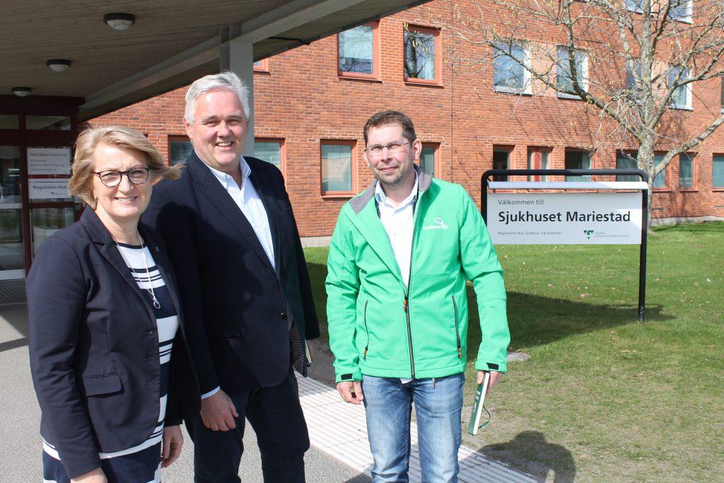 Ordföranden i regionens östra hälso- och sjukvårdsnämnd Gunilla Druve Jansson (C) gästar Mariestads sjukhus, tillsammans med vice partiledare Anders W Jonsson (C) och centerordföranden i Mariestad Anders Karlsson.