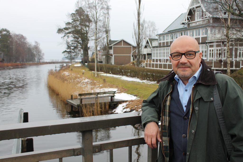 -Det bästa med Karlsborg är vattnet och naturen, säger moderate Torbjörn Colling  Han är uppvuxen i Hjo. Men kärleken lockade honom till Karlsborg. Idag styr han kommunen tillsammans med Socialdemokraterna, men ser fram mot en alliansmajoritet efter höstens val.