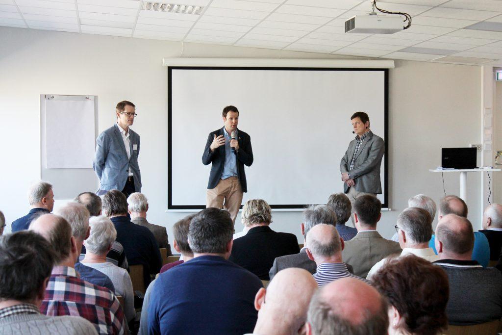 Riksdagsledamöterna Lars Hjälmered (M), Rickard Nordin (C) och Patrik Bjöck (S) mötte Svensk vattenkraftförenings årsmöte i Falköping. Ägarna till små vattenkraftverk är i stort nöjda med hur riksdagspolitikerna nu ändrar regelverken för dammar och kraftverk. Men tilliten till de myndigheter som ska hantera frågorna är mycket låg.