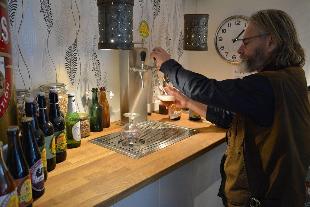 P-G Larsson på Torsö bryggeri häller upp en öl.  Foto. Björn Johansson