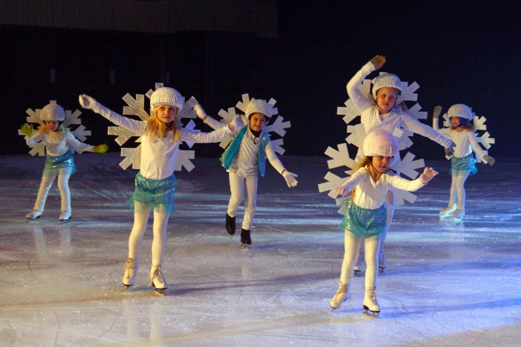 72 skridskoåkare kommer att vara med i isshowen som Tibro Konståkningsklubb arrangerar nästa vecka. De flesta är från klubben, men tio ishockeyspelare från Tibro IK är också med. Foto: Johan Svensson/Tibro KK