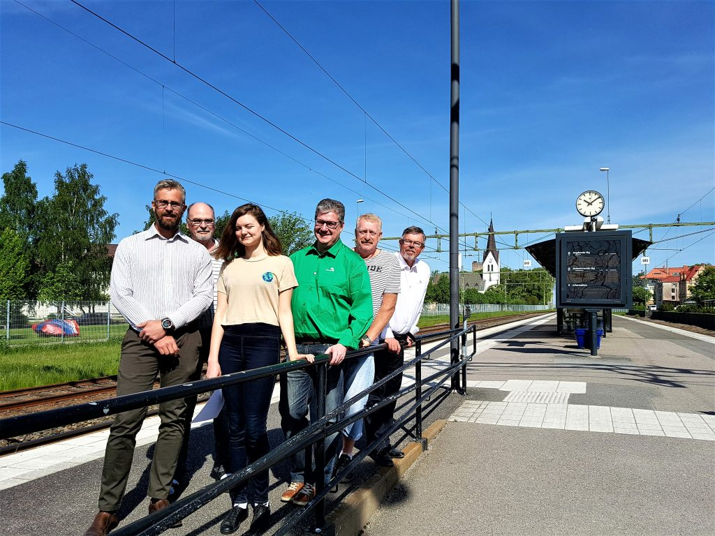 Centerpartiet vill förstärka Kinnekullebanan. Martin Strandholm, Elof Jonsson, Moa Karlsson, Kent Folkesson, Ulf Genitz och Ulf Eriksson samlade på stationen i Vara. Foto: Privat.