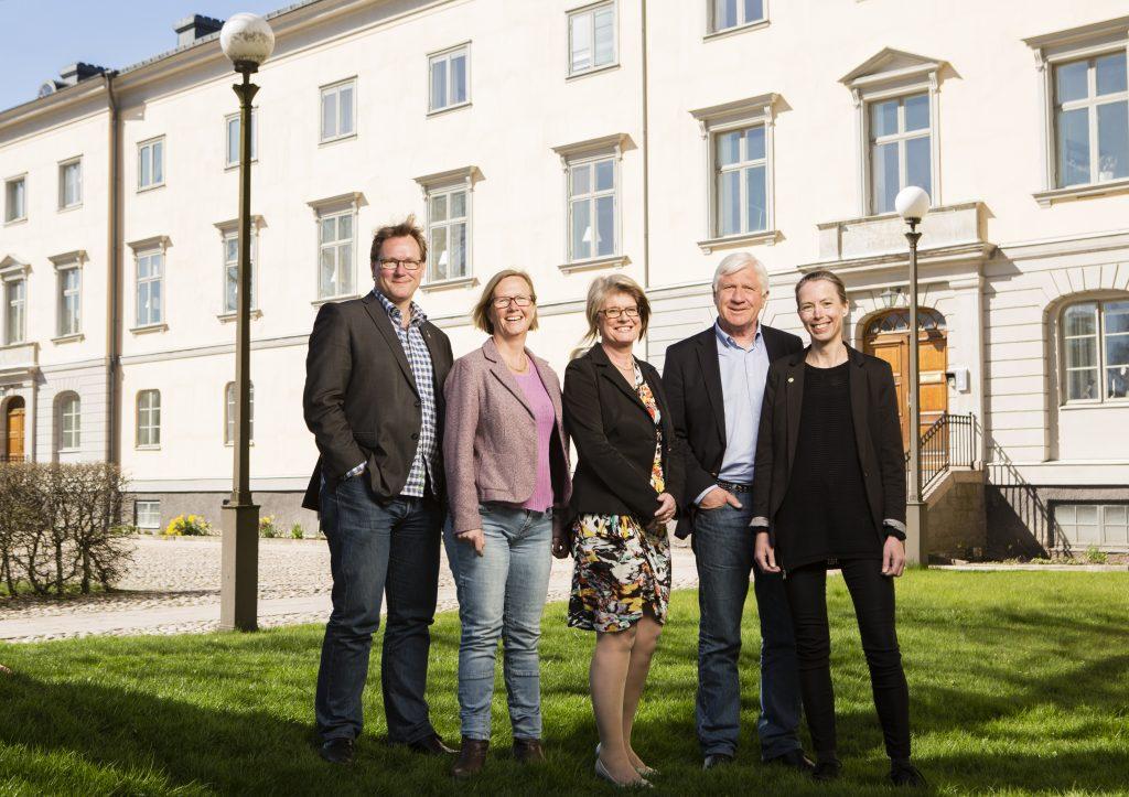 Den politiska ledningen lägger sin budget för 2019. Från vänster regionråden Jonas Andersson (L), Kristina Jonäng (C), Monica Selin (KD), Johnny Magnusson (M) och Birgitta Losman (MP). Foto Christer Ehrling