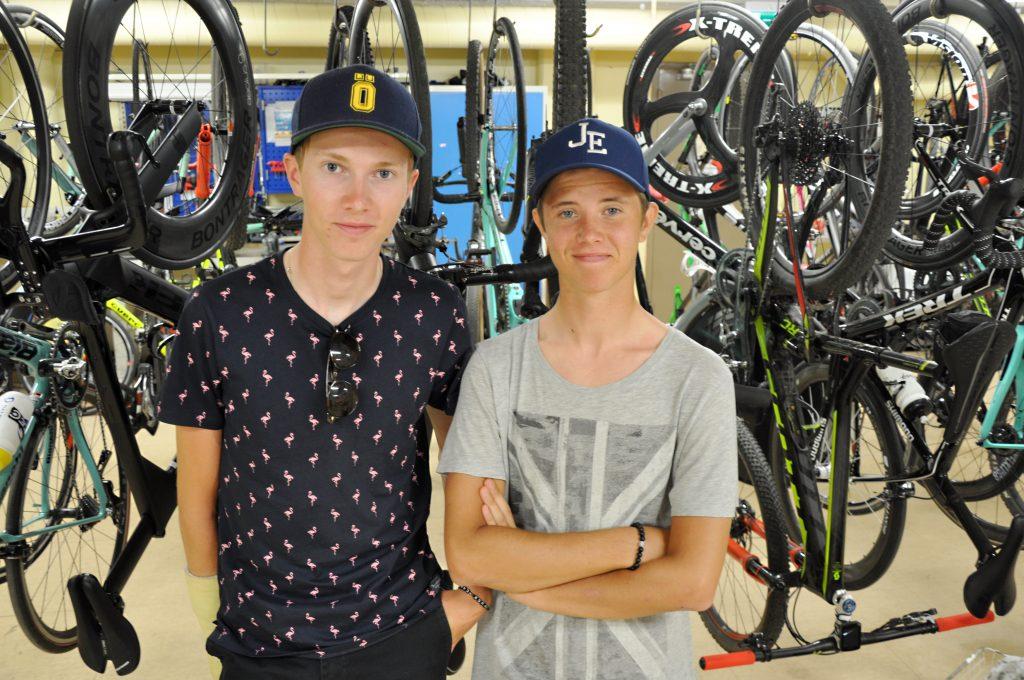 Erik Bergström Frisk och Jacob Eriksson har tröttnat på den farliga situationen ute på vägarna. Nyligen vurpade de efter att en bil kört in framför dem och tvärbromsat.